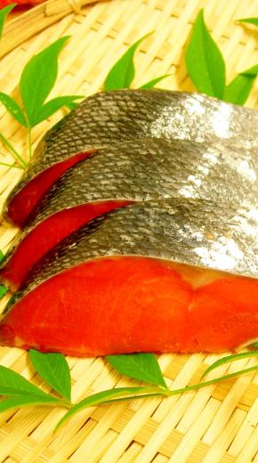 店頭で手切りする紅鮭